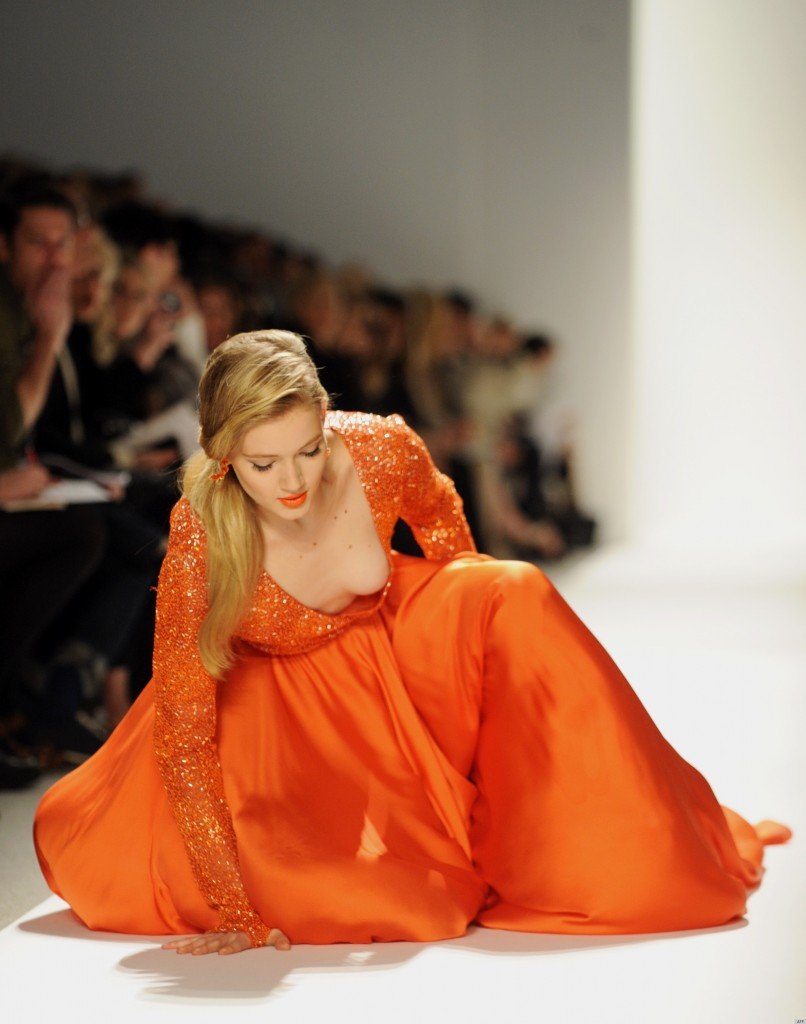Dress falls off fashion show 3 Ways to Treat a Bee Sting - wikiHow